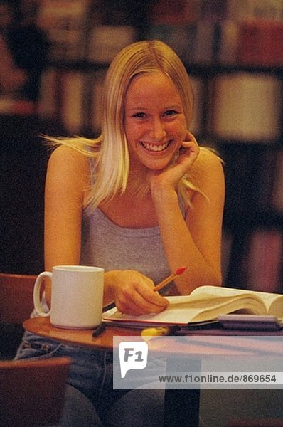 Female Student in Bibliothek