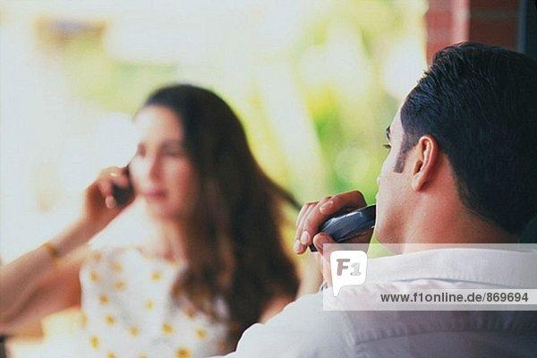 Paar sprechen auf Handys