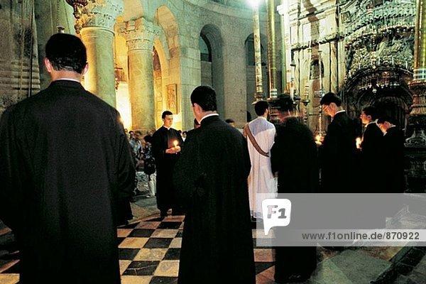 Armenische Mönche beten. Kirche des Heiligen Grabes. Jerusalem. Israel