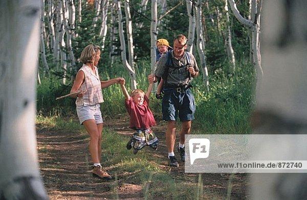 Familie Wandern im Wald