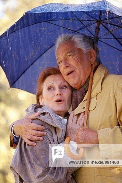 Paar unter dem Regen
