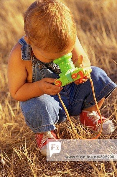 Junge mit Spielzeug Kamera