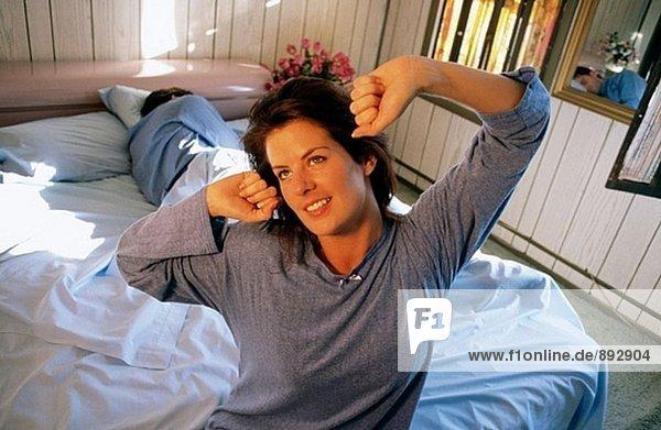 glückliche Frau stretching am Morgen