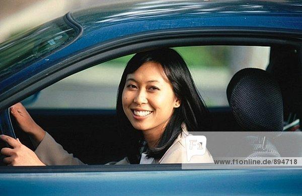 Chinesische Frau treibende automobile