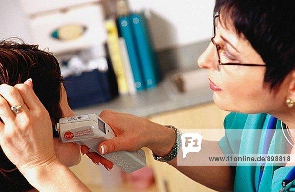 Krankenschwester unter Patient´s Temperatur