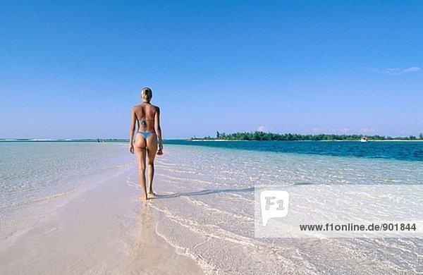 Frau auf den Strand von Playa Sirena  Cayo Largo  Kuba
