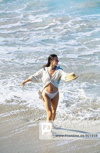 Frau am karibischen Strand. St Barthelemy