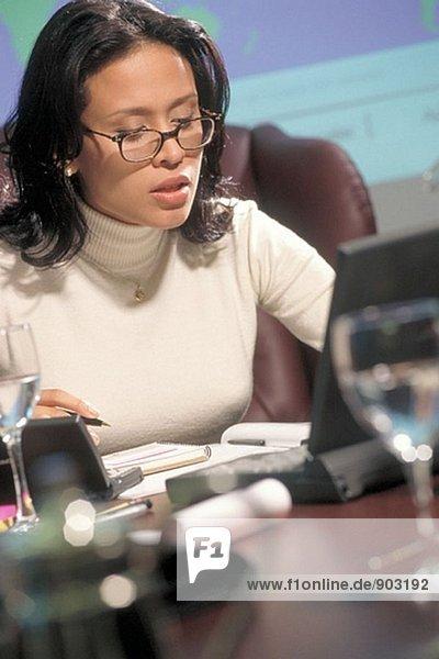 Latin geschäftsfrau arbeiten mit Laptop auf Schreibtisch