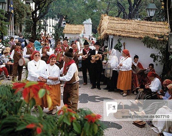 Folk Tänzer in Tracht. Madeira-Inseln. Portugal
