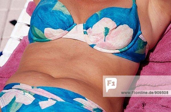Bauch der mittlere gealterte Frau trägt einen bikini