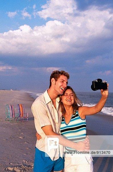 junges Paar Taking Selbstporträt mit Kamera