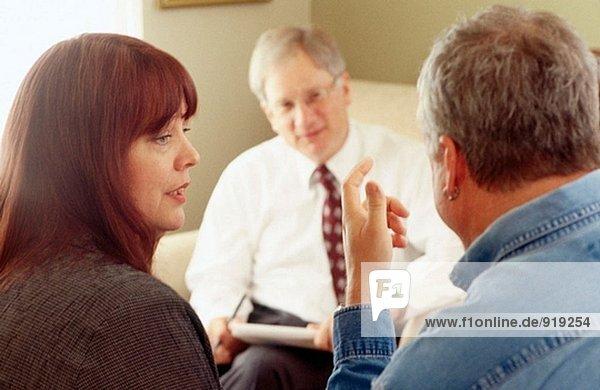 Therapeut und Patienten in einer Sitzung Beratung