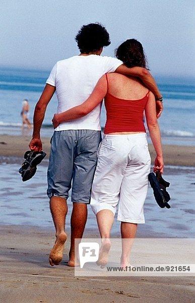 Paar Wandern am Strand. Hendaye. Frankreich