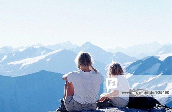 Mutter und Tochter Blick über Berge genießen. Bugaboos. British Columbia. Kanada