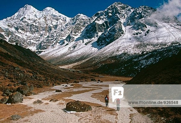 Kangchendzönga  Trekker unterwegs  Gipfel unter Sharpu. Ost-Nepal