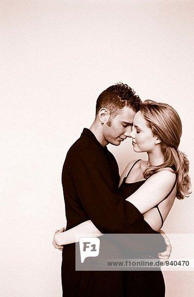 Bild der jungen Paar umarmen