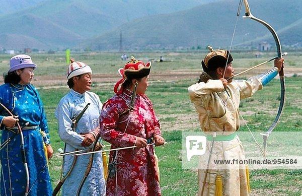 Bogenschießen-Konkurrenten in Tracht. Naadam Festival. Ulan Bator. Mongolei