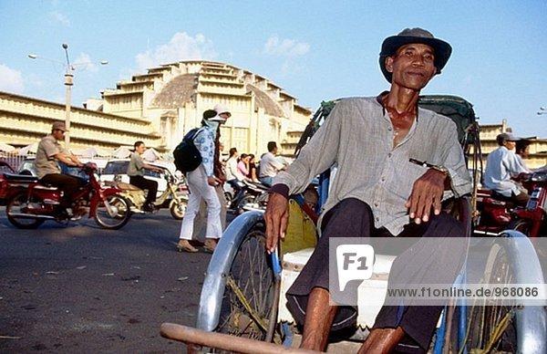Drei Rädern Pedal angetriebene Transport an Phsar Themy (Zentralmarkt). Phnom Penh. Camboya