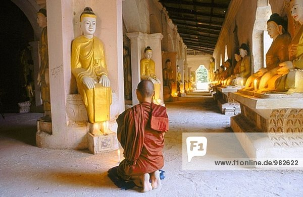 Mönch im Tempel. Amarapura. Mandalay. Myanmar (Burma).