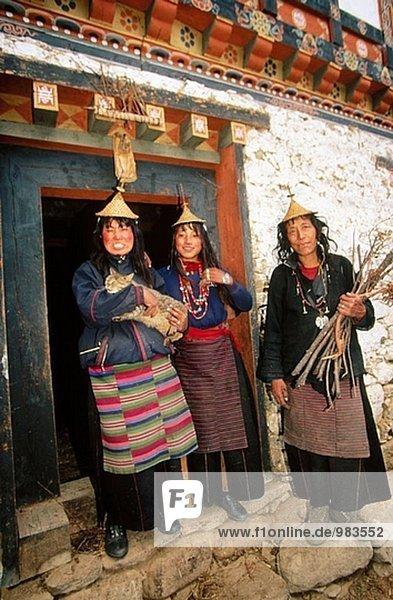 kegelförmig Kegel Frau Tradition Eingang Hut Bambus Bhutan Kleid