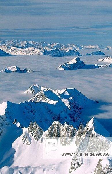 Mount Stoß oder Silberplatte mit Alpen als Kulisse mit Nebel. Blick von der Säntis. Appenzell. Schweiz.