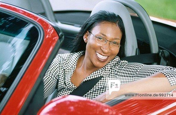 Frau in ein Cabrio