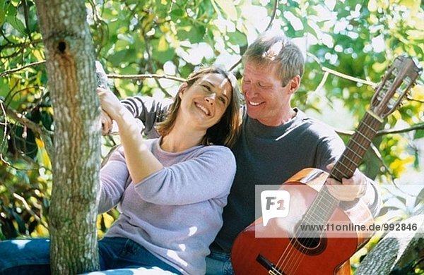 Mann mit Gitarre Serranaiding eine Frau