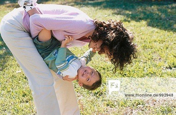 Echte Mutter und Sohn spielen