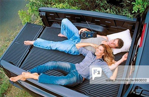 paar entspannenden in einem Pick-up-LKW