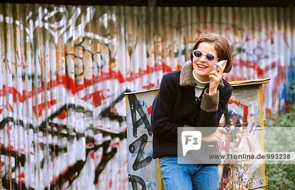 Mädchen in Sonnenbrille auf eine cellular
