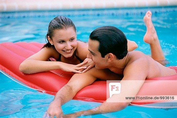 Hisp Paar in ein Schwimmbad