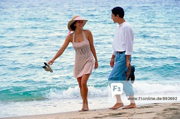 Japanischer/Amer paar Wandern am Strand