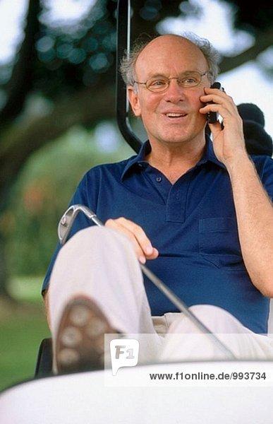 Golfer sprechen auf einem Handy