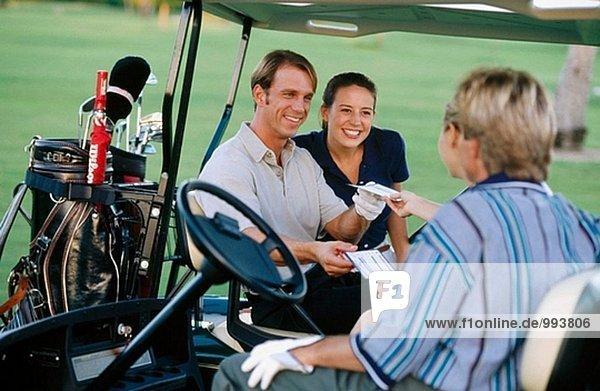 Paar in einem Golf-cart