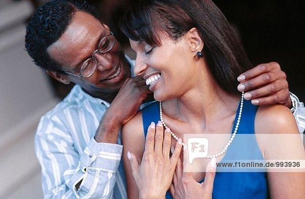 Putting eine Halskette auf seine Freundin/Frau