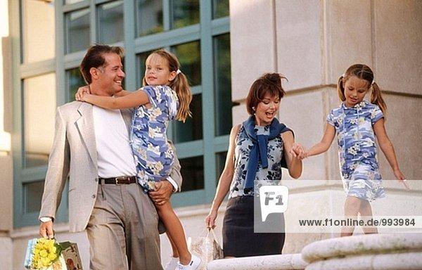 Familie mit Zwillinge Mädchen einkaufen