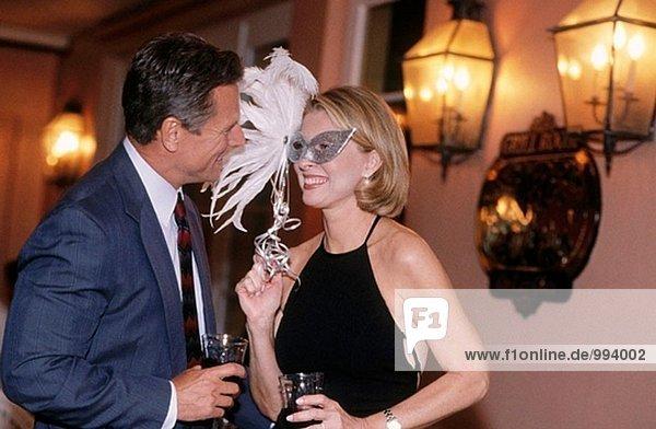 Paar auf einer Party masquarade