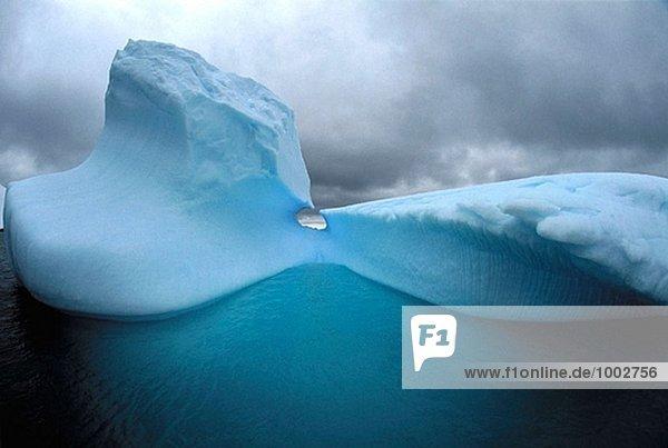 Eisberg und Gewitterwolken. Gerlache-Straße. Der Antarktischen Halbinsel. Antarktis.