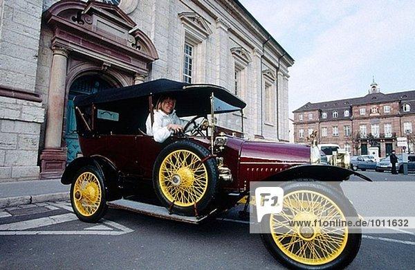 Touring mit einer alten Peugeot 1913 und seine Besitzer. Herr Lesueur. Montbeliard. Doubs. Franche-Comté. Frankreich.