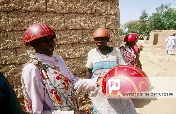 Jährliche Hirse Bier-Festival in Tourou Dorf: Frauen tragen einen Helm des halben Kalebasse gemacht. North Provinz  Kamerun