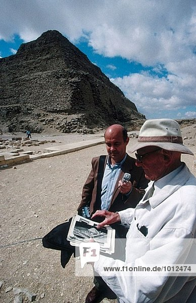 Französischer Archäologe Jean-Philippe Lauer (1902-2001) interviewt in Sakkara Pyramiden. Ägypten