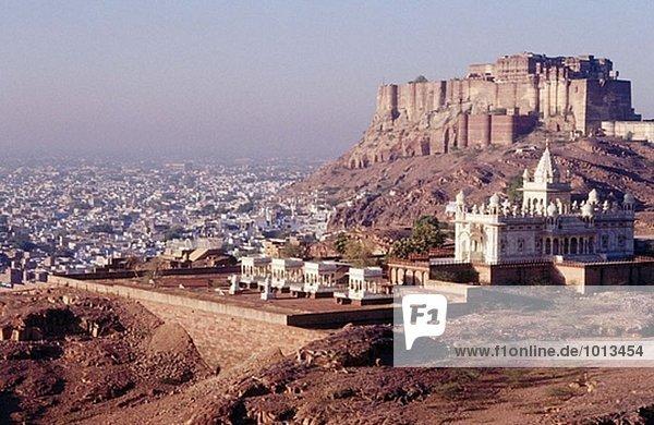 Marmor Denkmal des Maharja Jaswant Singh II (erbaut 1899) und Mehrangarh Fort. Jodhpur. Rajasthan. Indien