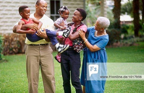 drei Generation stehen im freien