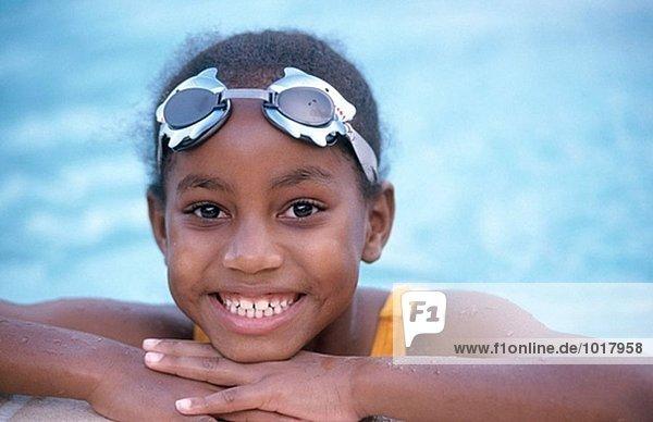 Mädchen am Pool im Schwimmen Schutzbrille