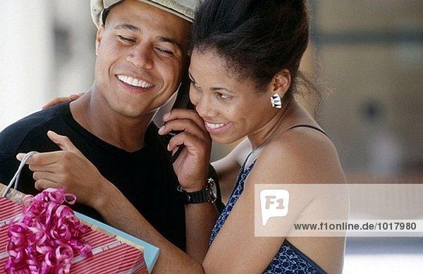 Shopping paar hören auf Handy