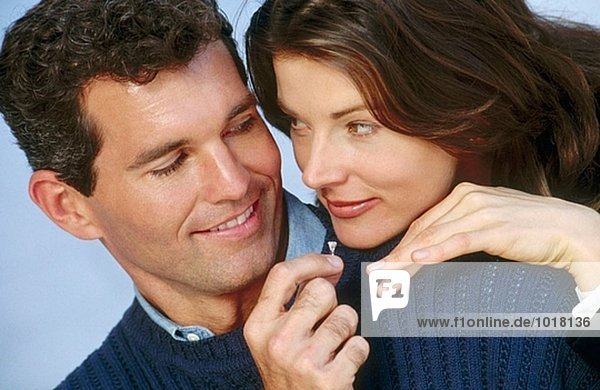 Man gibt weiblich Engagement ring
