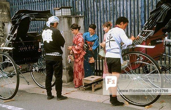 Frauen in Kimono und Rikschas. Kyoto. Kansai. Japan.
