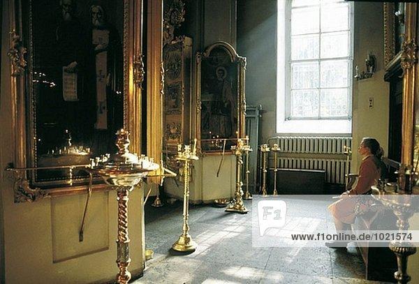 Menschenbei Gebet in Kapelle. St. Petersburg. Russland