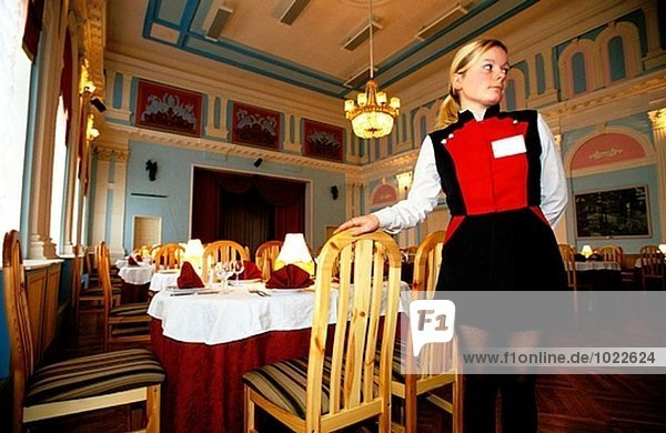 Kellnerin im Restaurant Offiziere Kreis. Petrodvorets  Sankt Petersburg. Russland