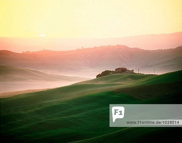 Le Kreta Sieneser der  toskanischen Landschaft bei Sonnenaufgang. Italien